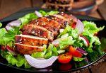 Natúr csirkemell szeletek saláta ágyon